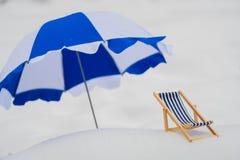 Klappstuhl und Sonnenschirm stockfoto
