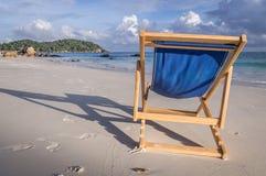 Klappstuhl am weißen Strand in Ko Lipe, Thailand stockfotografie