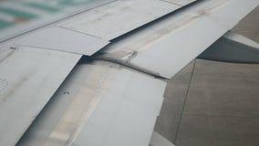 Klapt uitbreiding van vleugelvliegtuigen op de baan klaar voor het opstijgen van lengte 4k stock video