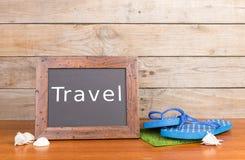 klapy, seashells i blackboard z, inskrypcją & x22; Travel& x22; zdjęcia stock