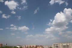 Klar blå dagsljushimmel med vitmoln och solljus Arkivbilder