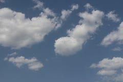 Klar blå dagsljushimmel med vitmoln och solljus Arkivfoto