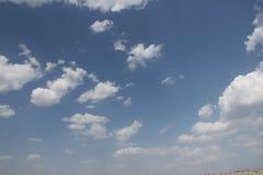 Klar blå dagsljushimmel med vitmoln och solljus Royaltyfria Bilder