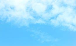Klar blå himmel med det vita molnet Royaltyfria Foton