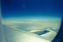 Klar blå himmel med moln Arkivfoto