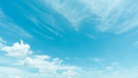 Klar blå himmel med molnet