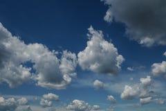 Klar blå himmel med vanliga vita moln Arkivfoton