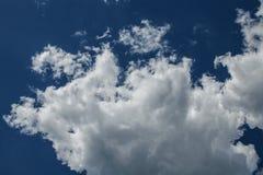 Klar blå himmel med vanliga vita moln Fotografering för Bildbyråer