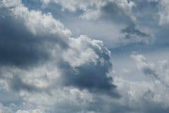 Klar blå himmel med vanliga vita moln Royaltyfri Fotografi