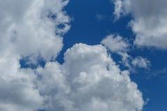 Klar blå himmel med vanliga vita moln Royaltyfri Bild