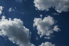 Klar blå himmel med vanliga vita moln Royaltyfri Foto