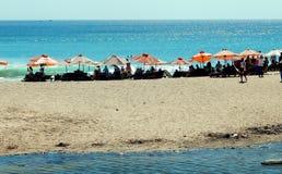 Klar blå himmel, paraplyer och vit sandig strand Royaltyfria Foton