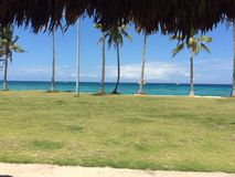 Klar blå sandig strand Arkivbild