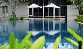 Klar blå simbassäng Fotografering för Bildbyråer