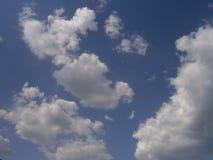 Klar blå sky med vita oklarheter Royaltyfri Fotografi