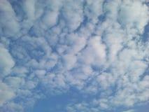 Klar blå sky med vita oklarheter Arkivfoto