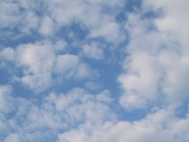 Klar blå sky med vita oklarheter Arkivbilder