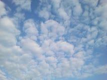 Klar blå sky med vita oklarheter Royaltyfria Foton