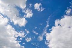 Klar blå sky med vita oklarheter fotografering för bildbyråer