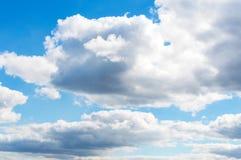 Klar blå sky med vita oklarheter gott väder Arkivfoto