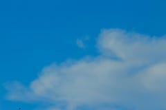Klar blå sky med vita oklarheter molnfri sky Blå himmel med a Royaltyfria Bilder