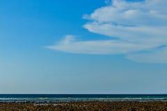 Klar blå sky med vita oklarheter molnfri sky Blå himmel med a Fotografering för Bildbyråer