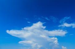 Klar blå sky med vita oklarheter molnfri sky Blå himmel med a Royaltyfri Fotografi