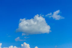 Klar blå sky med vita oklarheter molnfri sky Blå himmel med a Royaltyfri Foto