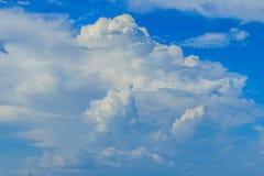 Klar blå sky med vita oklarheter molnfri sky Blå himmel med a Arkivfoton