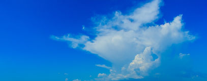 Klar blå sky med vita oklarheter molnfri sky Blå himmel med a Royaltyfria Foton