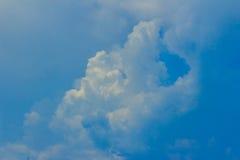 Klar blå sky med vita oklarheter molnfri sky Blå himmel med a Arkivbild