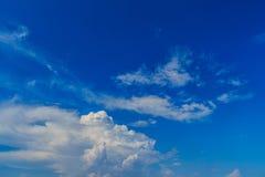 Klar blå sky med vita oklarheter molnfri sky Blå himmel med a Arkivfoto