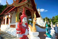 Klar bunte Abbildungen am thailändischen Tempel lizenzfreie stockbilder