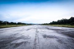 Klar gammal väg/landningsbana och molnig blå himmel Fotografering för Bildbyråer