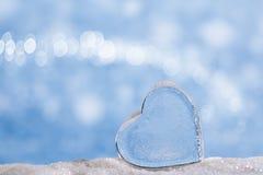 Klar glass hjärta på vit blänker och slösar bakgrund arkivfoton