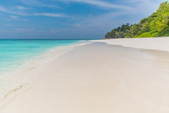 Klar himmel med havet och sand Royaltyfri Bild