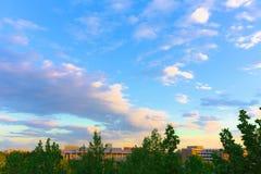 Klar himmel på universitetsområde av det Tsinghua universitetet royaltyfria foton