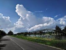 Klar himmel på vägen efter regn Royaltyfri Foto