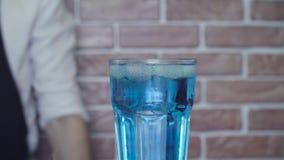 Klar kall drink på en tabell arkivfilmer