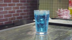 Klar kall drink på en tabell lager videofilmer