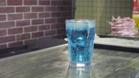 Klar kall drink på en tabell stock video