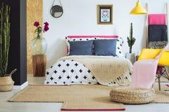 Klar mehrfarbiges Volksschlafzimmer lizenzfreies stockfoto