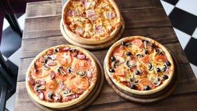 Klar pizza från ugnen stock video