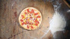 Klar pizza som får från ugnen och, sätter på tabellen lager videofilmer