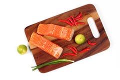 Klar rå ny lax och kryddig sur ört för att laga mat fotografering för bildbyråer