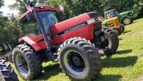 Klar röd traktor Arkivbilder