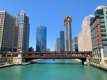 Klar sikt av Chicago som vattentaxipasserande under v?l St-bridgeon Chicago River royaltyfria bilder