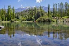 Klar sjö bland bergen fotografering för bildbyråer