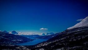 Klar sjö i berg royaltyfria bilder