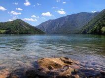 Klar sjö och berg på solig dag royaltyfria bilder